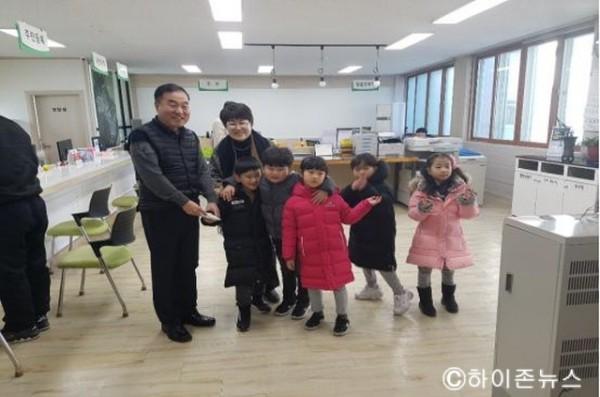 [크기변환]2018.12.26 장성어린이집 원아, 아나바다 행사 수익금 기탁.jpg